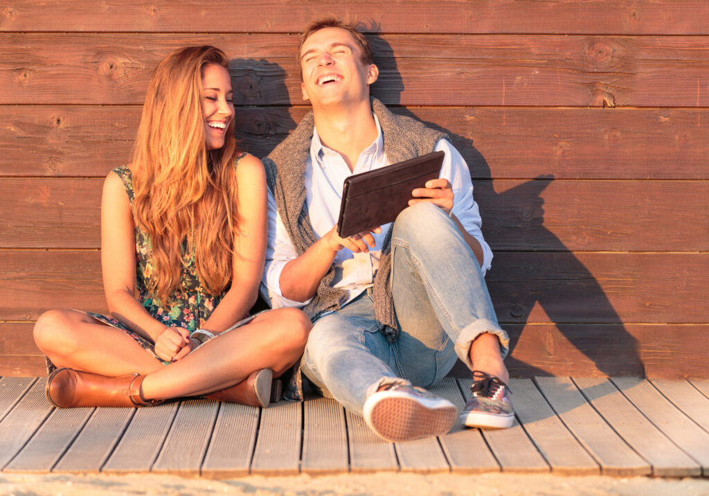 Self Storage Solutions to Improve Your Summer Social Life! - Best friends having fun at the beach with social media and funny contents.